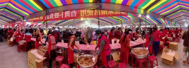 紫南宮元宵呷丁酒照常舉行, 但不提供現場熱食,改送冷凍調理包帶回家。(廖志晃攝)
