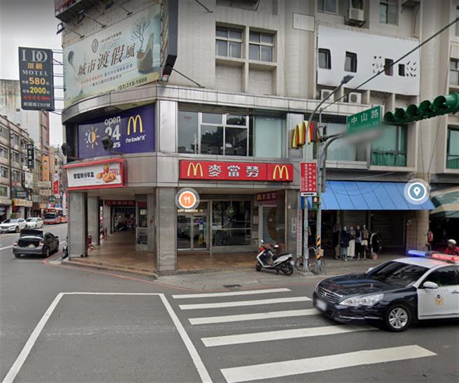 案865曾在16日晚上9点到过麦当劳桃园三民店用餐,对此麦当劳三民店表示,当天有上班的12名员工,将自行健康管理14天,直到31日止。(翻摄自 google map)