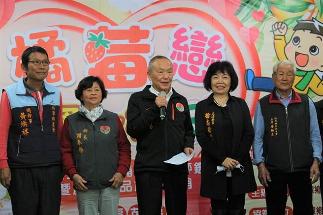 苗栗县长徐耀昌向民眾宣导防疫重要性,指出苗栗县有17人曾与案839护理师一起在某科大上课。(巫静婷摄)