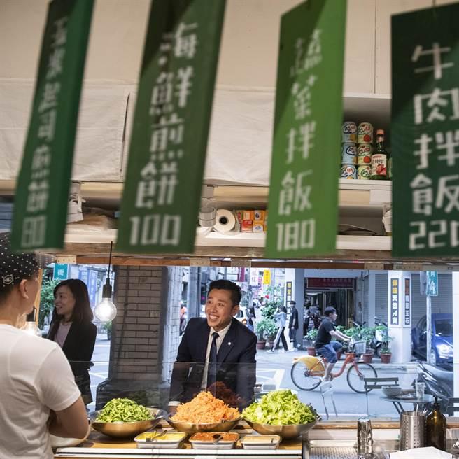新竹市走過風華與興衰半世紀的「東門市場」,近年在市府大力改造下,成為各式異國美食、文青商店進駐的「新聚落」。(陳育賢攝)