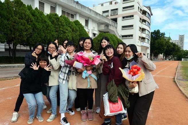 任教42年6個月,張馨文屆齡退休,許多她教過的學生返校獻上祝福。(莊哲權攝)
