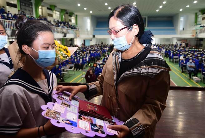任教42年6個月,張馨文屆齡退休,許多學生獻上卡片及鮮花,給予祝福。(莊哲權攝)