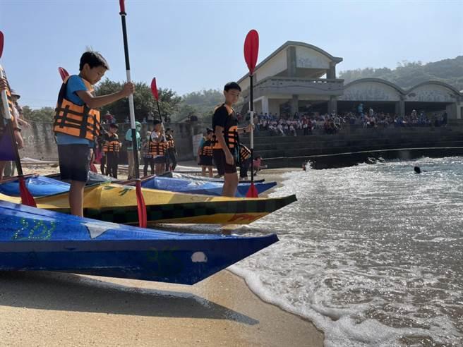 全德國小推出海洋教育、指導學童自製獨木舟並划舟接力環島,而數名學生20日在師長見證下,於杉板灣下水啟航驗收造舟成果,同時期待5月的畢業航行。(謝佳潾攝)