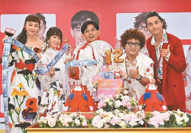 黃子佼(中)率花花(左起)、瑪麗、納豆、王少偉主持《2021超級巨星紅白藝能大賞》。(台視提供)