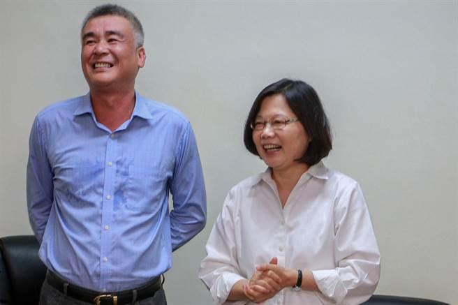 竹東鎮代會主席陳昌平(左)涉貪被羈押,檢方查出他簽名的便條是委任律師帶出傳遞。(羅浚濱攝)