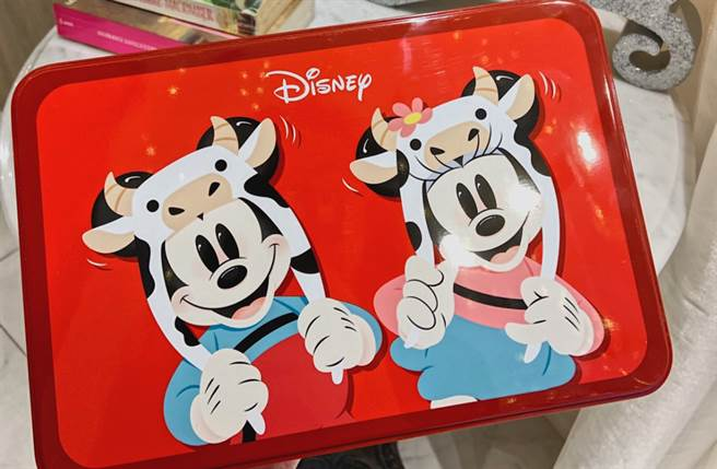 為歡慶牛年的到來,米奇米妮特別打扮成萌牛造型,現身在限定推出的紅色方型鐵盒上,年節氣氛滿分。(圖/楊婕安攝)