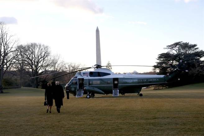 川普與其妻準備登上陸戰隊一號,飛往安德魯基地。(圖/路透社)