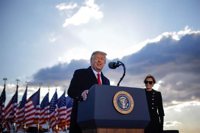 川普舉行告別演說,這是川普這一週多以來首次公開露面。(圖/路透社)