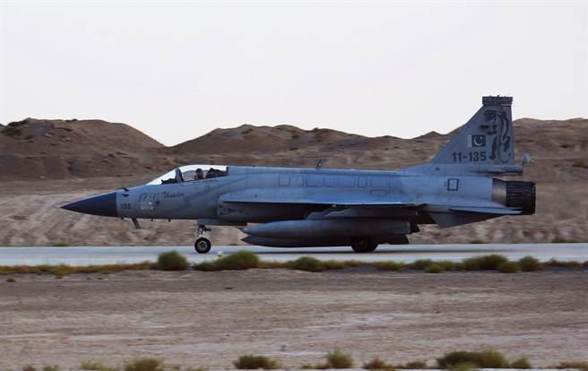 枭龙战机由中国成都飞机工业集团生产主要零部件,巴基斯坦组装并负责推销。(图/新华社)
