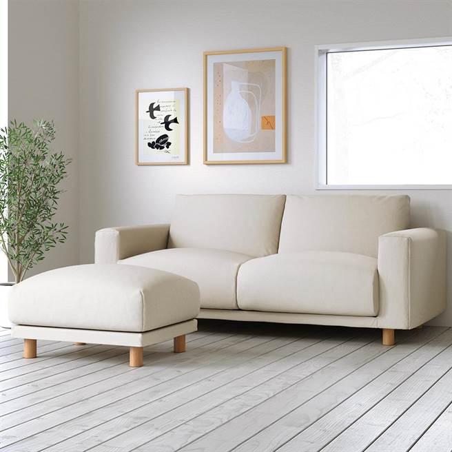 图一:无印良品羽毛独立筒沙发(本体+椅脚),设计简约的沙发,能轻易融入各种室内环境,并能更换配件,长久使用,1万9780-3万4780元。(无印良品提供)
