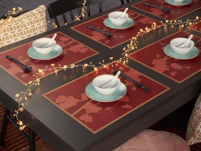 图四:以SOLGLIMTAR新春系列餐垫为底,配上土耳其蓝碗盘抢眼又有年味。(IKEA提供)