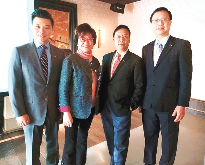 業務總經理林世德(左起)、磊山保經董事長李佳蓉、執行副董事長黃金木與總經理曾粹頤,共同期許2021年挑戰業績目標成長60%,人力衝破2,400人目標前進。圖/陳又嘉
