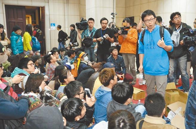 2014年3月鼓動反服貿學生攻占政院的魏揚(右),最高法院用抵抗權發回更審,惟創設抵抗權非大法庭裁定,對下級審無拘束力。圖為當年太陽花占據政院一樓大廳內。(本報資料照片)