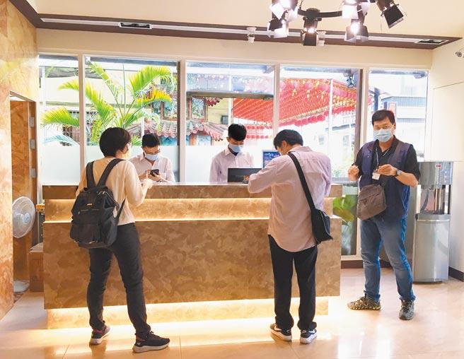 台中市政府觀光旅遊局強調,市府雖積極擴充居家檢疫替代所量能,但還是不敷需求。(陳世宗攝)
