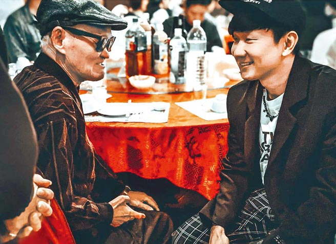 林俊傑(右)席間與前輩李炳輝閒聊。(摘自IG)