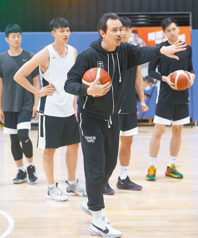 PLG决定退出中华男篮队,图为中华队执行教练郑志龙。(本报资料照片)
