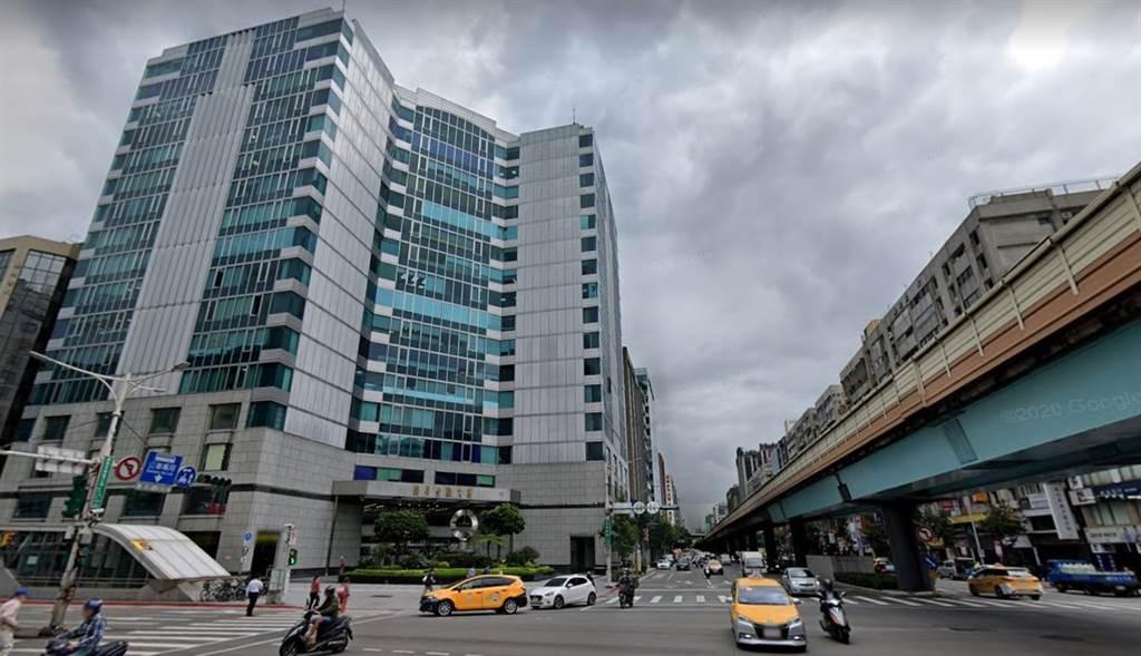 南京復興商圈的三角窗「揚昇金融大樓」,14樓以每坪115.4萬元轉手,創下該棟辦公大樓的新高價。(翻攝自Google街景)
