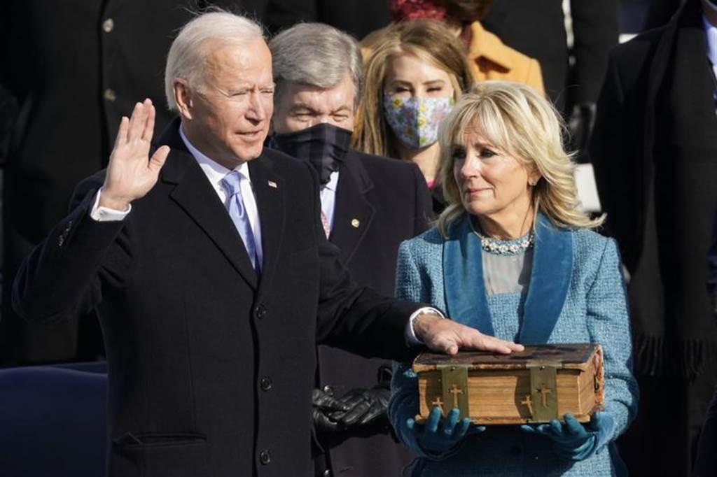 拜登手按聖經,宣誓就職第46任美國總統。(圖/美聯社)