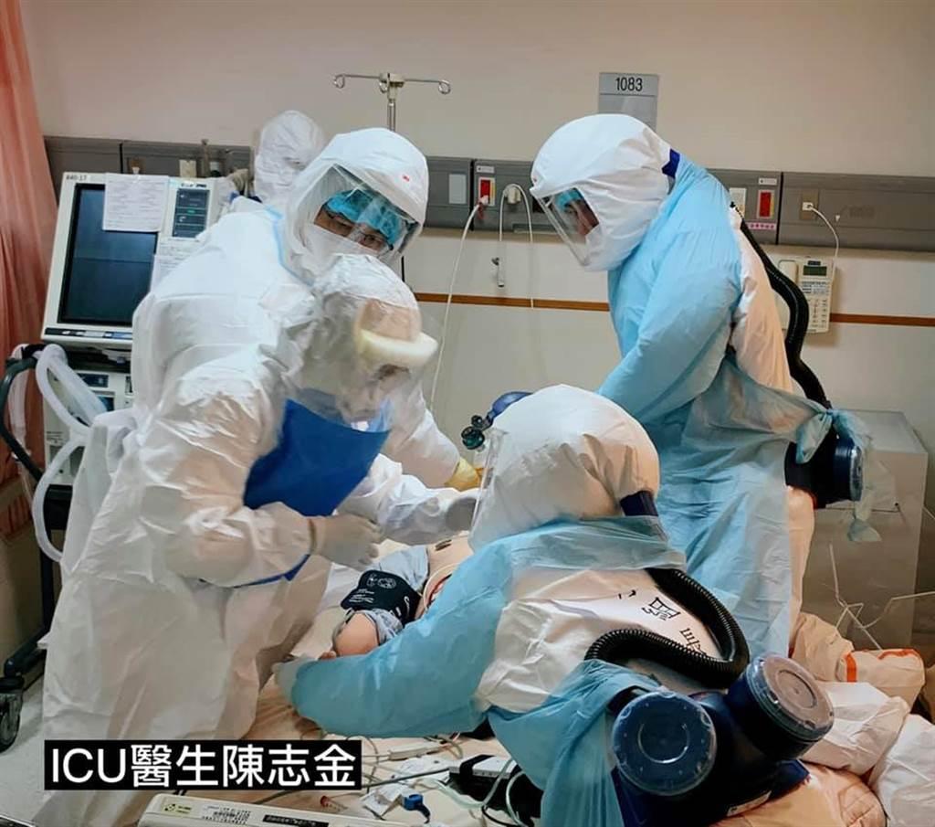7名醫護模擬合作插管救確診患者的狀況,醫見過程不捨落淚,沒看過的人不懂背後的辛苦。(圖/翻設自ICU醫師陳志金)