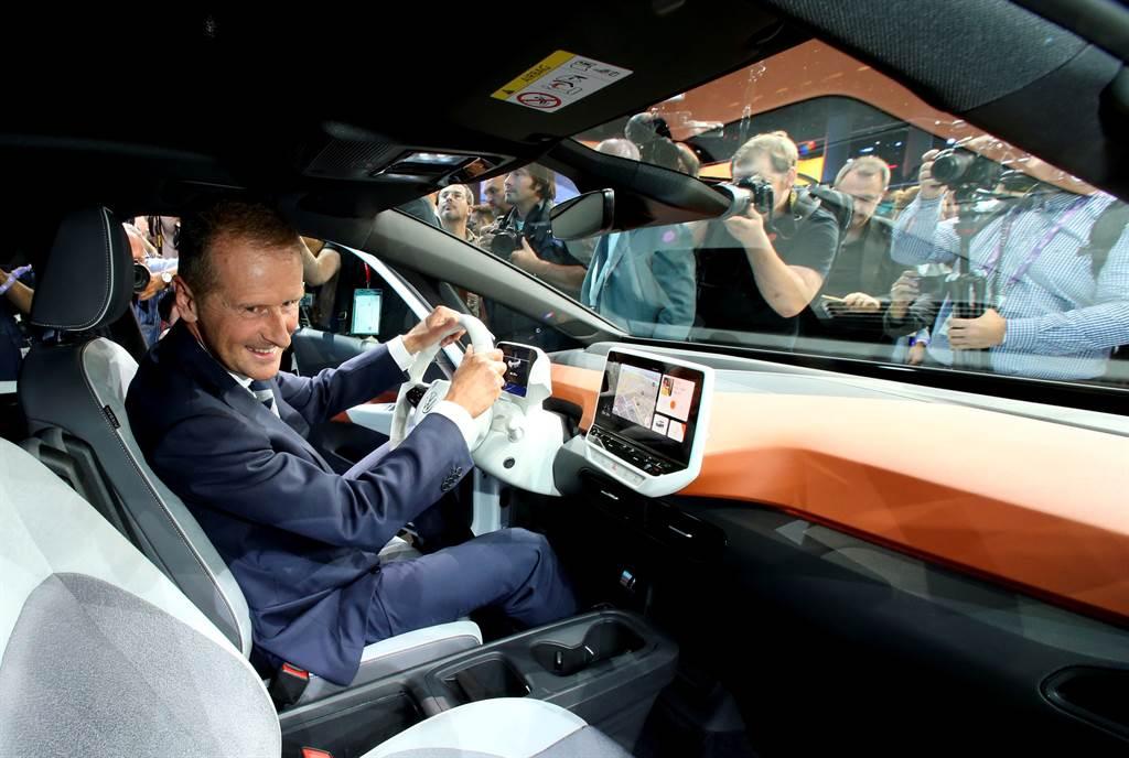 狄斯試駕自家電動車ID.3。(路透資料照片)