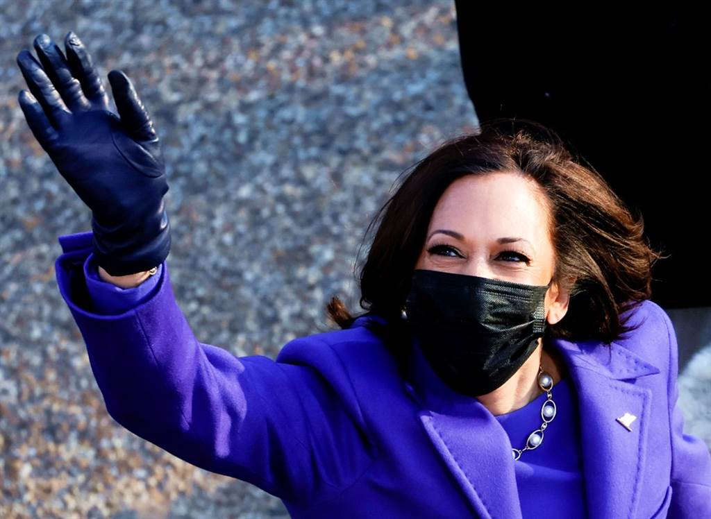 20日拜登總統就職典禮上出現紫色軍團,副總統賀錦麗等多位名人以紫色服裝登場,象徵兩黨團結。(圖/路透社)