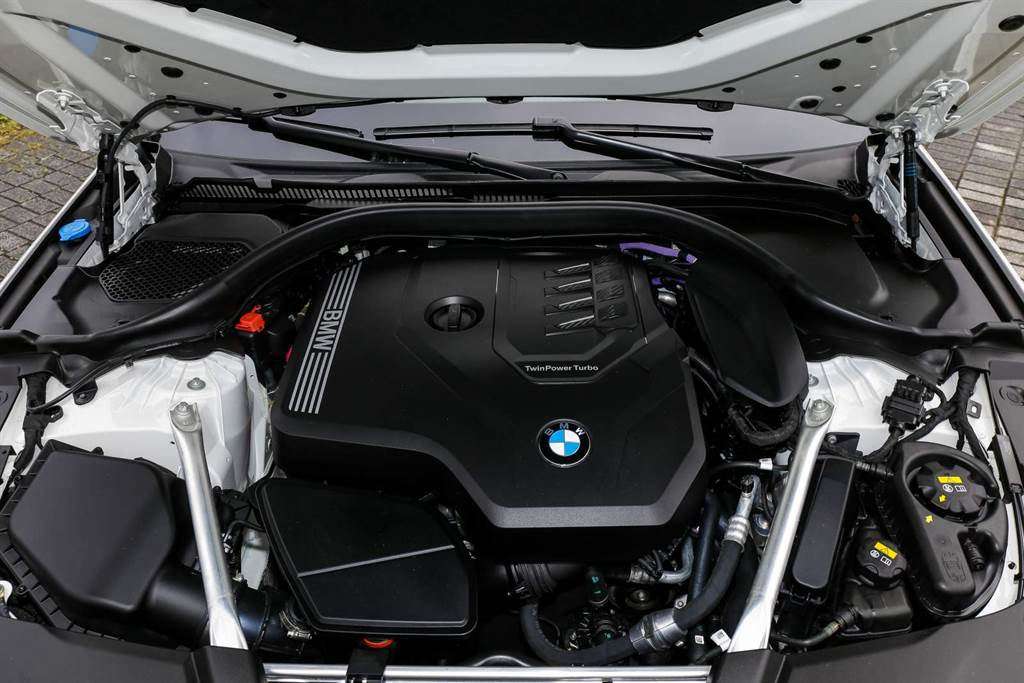 520i搭載低輸出版本B48引擎,最大馬力184hp/5000rpm、最大扭力29.6kgm/1350rpm,小改款後導入48V電力系統,在必要時可提供11hp額外馬力。