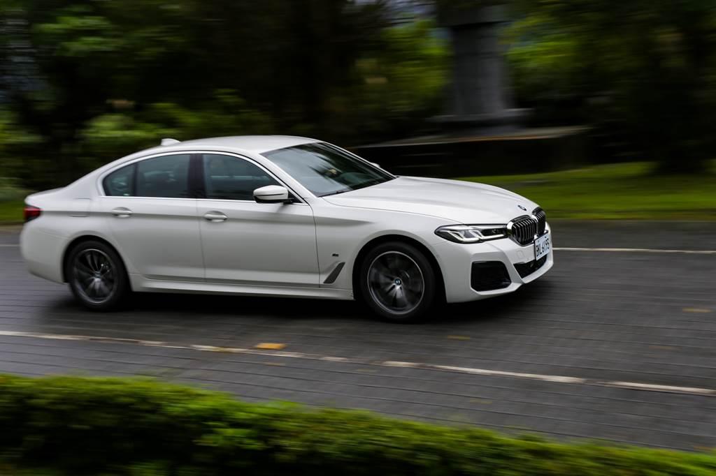 試駕的M Sport車型搭載降低10mm的M款懸吊,路面回饋較為清晰。