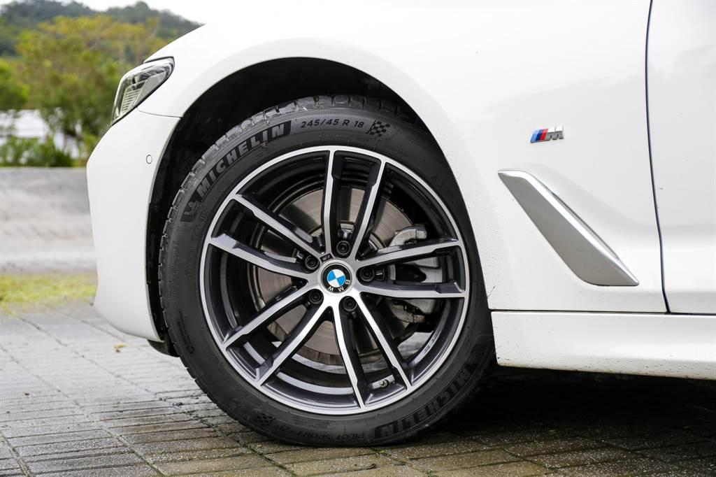 標配18吋M款輪圈搭配Michelin PS4失壓續跑胎,並採跑車車型較常見的前窄後寬配置(前245/45 R18、後275/40 R18)。