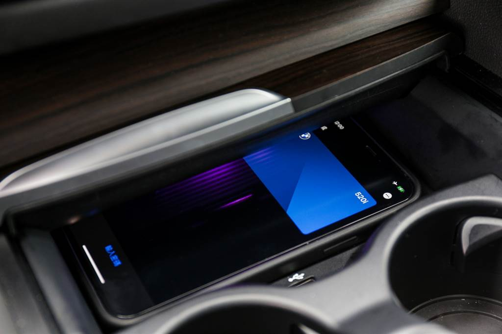 透過數位鑰匙進入車內後,得將手機放於無線充電板上才能發動,相較於具備Keyless功能的實體鑰匙能夠完全不碰鑰匙就發動車輛,便利度仍有差距。