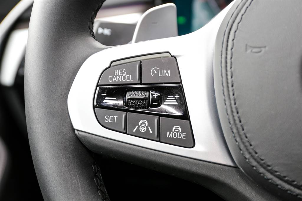 因應導入新系統,方向盤上的控制鍵設計也有所改變,中央撥桿用於調整設定車速,兩側的加減符號則是跟車距離。