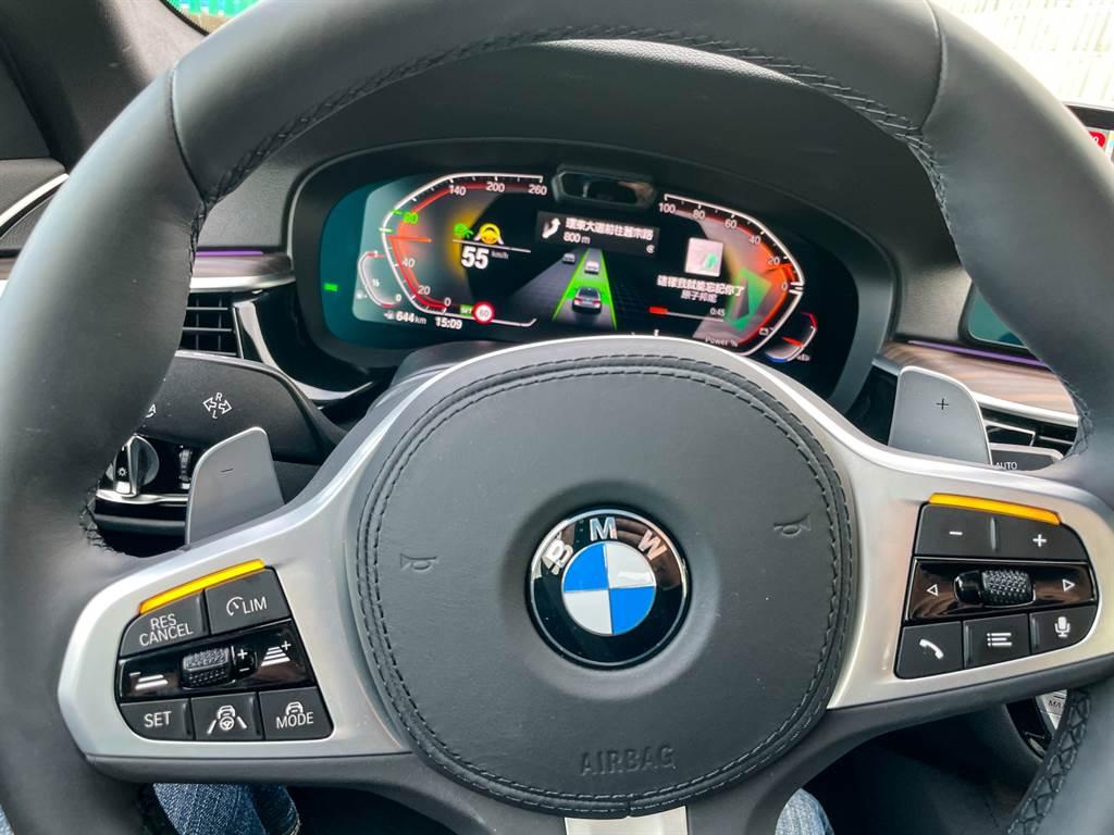方向盤上增加警示燈號,提醒駕駛人必須接手掌控車輛。