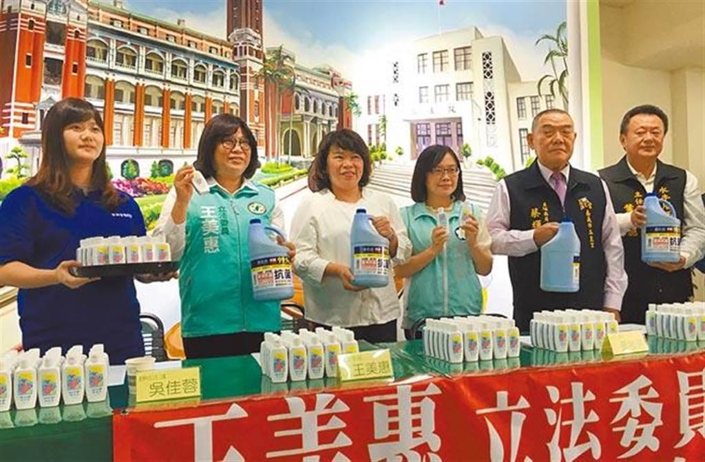 嘉義市長黃敏惠(左三)、立委王美惠(左二)去年代表受贈消毒用品,呼籲全民加強防疫。(廖素慧攝)