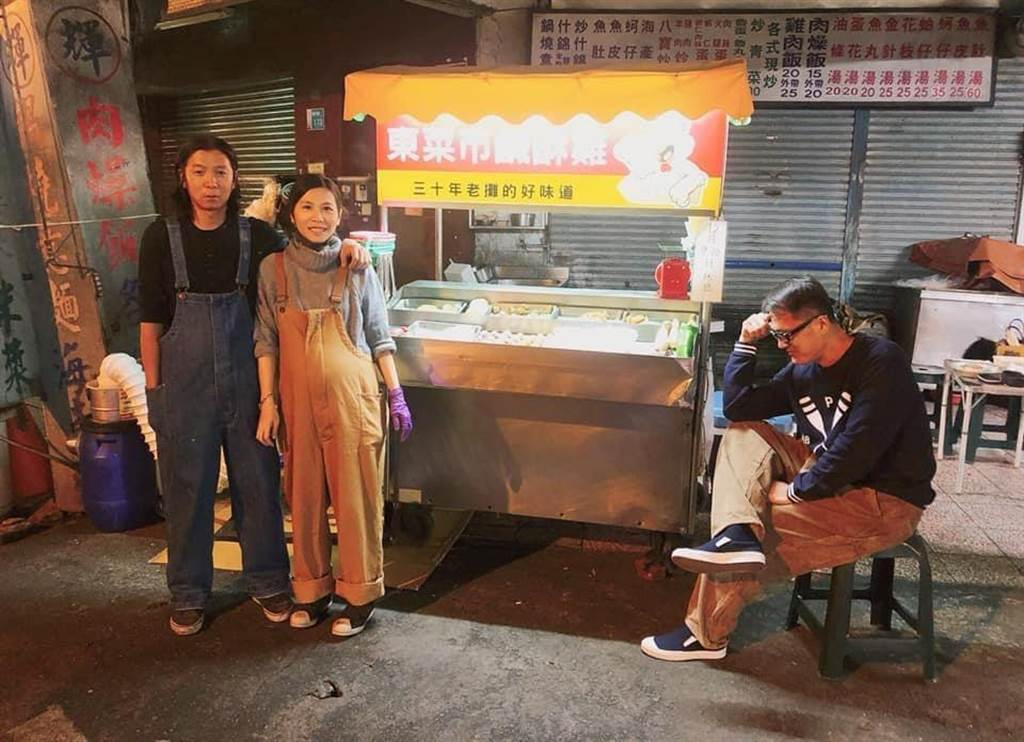戴銘宏(左一)與妻子一起開鹹酥雞攤,右為幫助他創業的老友。(戴銘宏提供/程炳璋台南傳真)