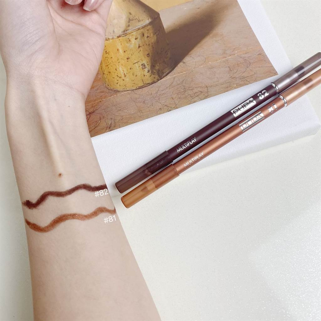 粉紅新女力嬉戲眼彩筆使用時滑順均勻,可作為「眼影筆」及「眼線筆」使用。(圖/品牌提供)