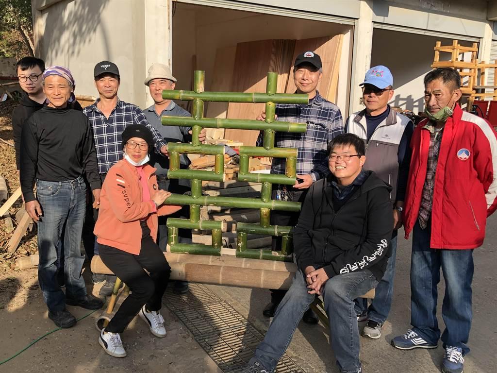 金門海漂的大陸竹蚵架在南投竹山的竹藝師巧手下,變成縣林務所森林公園迎春的「雙喜」竹裝置。(李金生攝)
