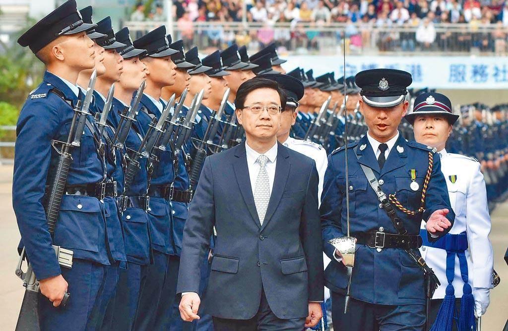 香港保安局局長李家超(中)今於立法會表示,自《香港國安法》實施後,發揮很大震懾作用,條例實施五個月,因遊行示威帶來的罪行被捕人數下跌五成。(中新社資料照)