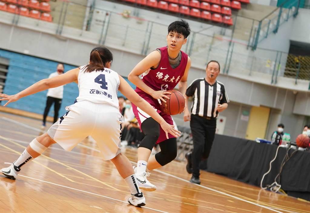 佛光王竫婷(中)今天繳出19分、13籃板「雙十」表現。(大專體總提供)