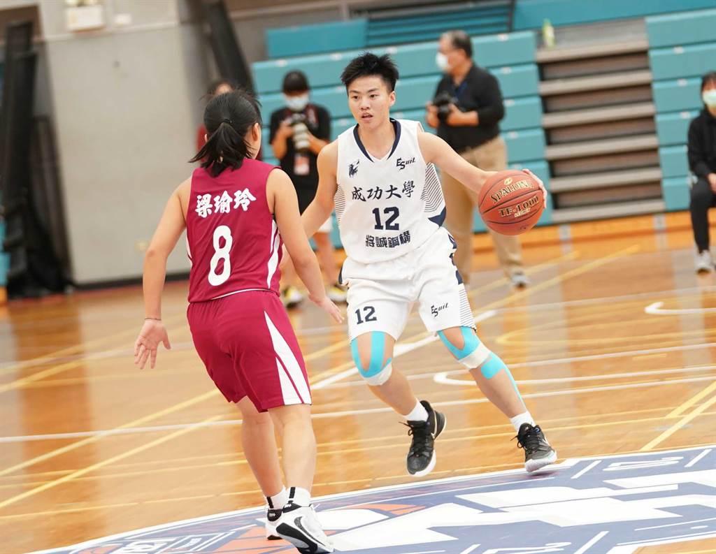 成大蔡岑媜(右)今天貢獻13分、7籃板。(大專體總提供)