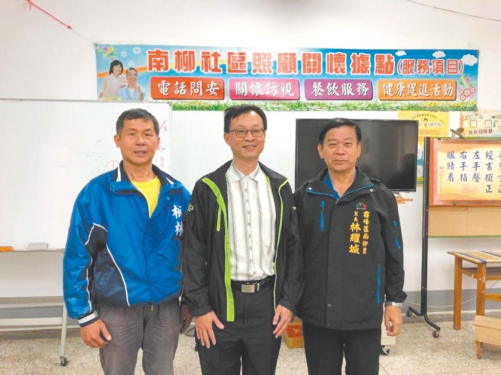 中興大學「AIPal」團隊導入AI技術所生產的1,000斤低碳足跡米,捐贈至南柳社區照顧關懷中心,王遠東先生(左起)、楊明德特聘教授、林耀城里長。    圖/中興大學提供