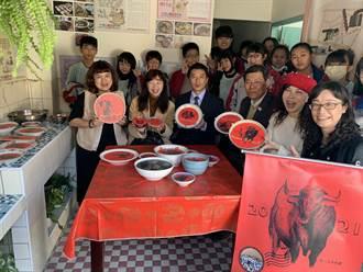 美術班讓鍋碗蒸籠變裝置藝術 清水眷村園區充滿年味