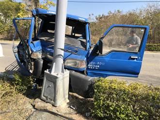 金門小貨車爆胎撞路燈 車半毀人幸無大礙