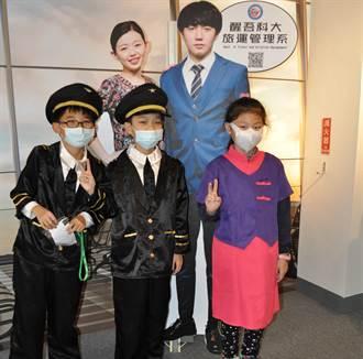疫情嚴峻學童體驗醒吾機艙 一日機長發豪語載蔡總統出訪