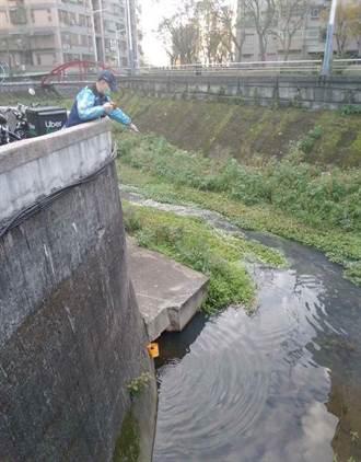 五股坑溪排汙染藍   環保局擬開罰300萬
