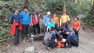 苗栗男子攀虎山扭傷腳踝 搜救團隊上山救援