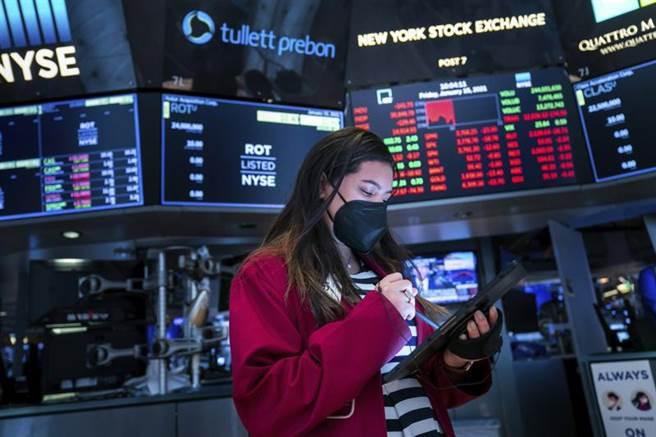 新任美国总统拜登就职典礼平静顺利,加上承诺大规模振兴经济,华尔街股市今天上演庆祝行情,3大指数再创歷史新高。(美联社)