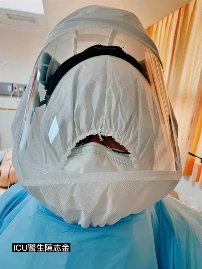 7名醫護模擬演練如何插管救確診者,其中小組長的頭套滑落,被擋住視線,只能透過小縫隙繼續完成份內工作,讓人看了相當不捨。(圖/翻攝自ICU醫師陳志金)