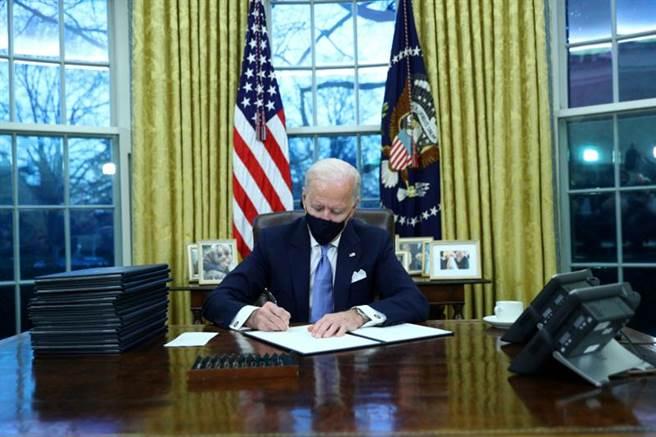 美國總統當選人拜登今天正式宣誓就職,隨即連簽17項行政命令逆轉川普政策,包含停止退出世界衛生組織程序。(路透社)