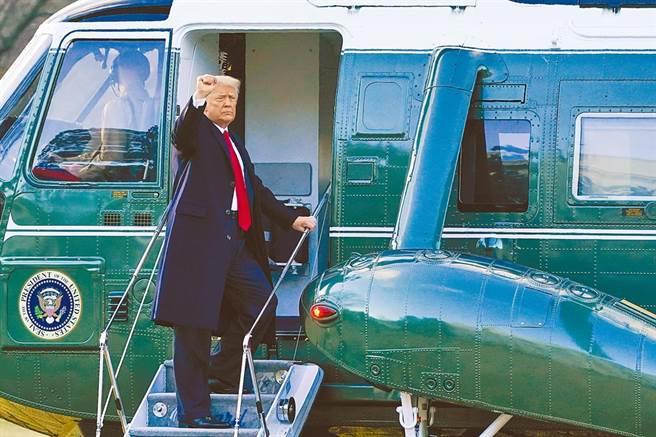 美国总统川普20日上午与夫人梅兰妮亚离开白宫,他在登上陆战队一号直升机时,向送行的人挥手道别。(美联社