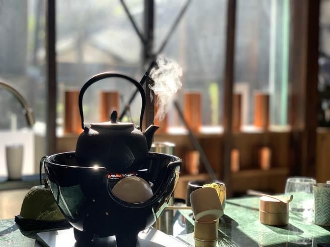 坐在〈Matcha One 齊東〉的板前,看著茶壺的蒸騰熱氣、輕煙裊裊,別有「藝境」。(圖/姚舜)