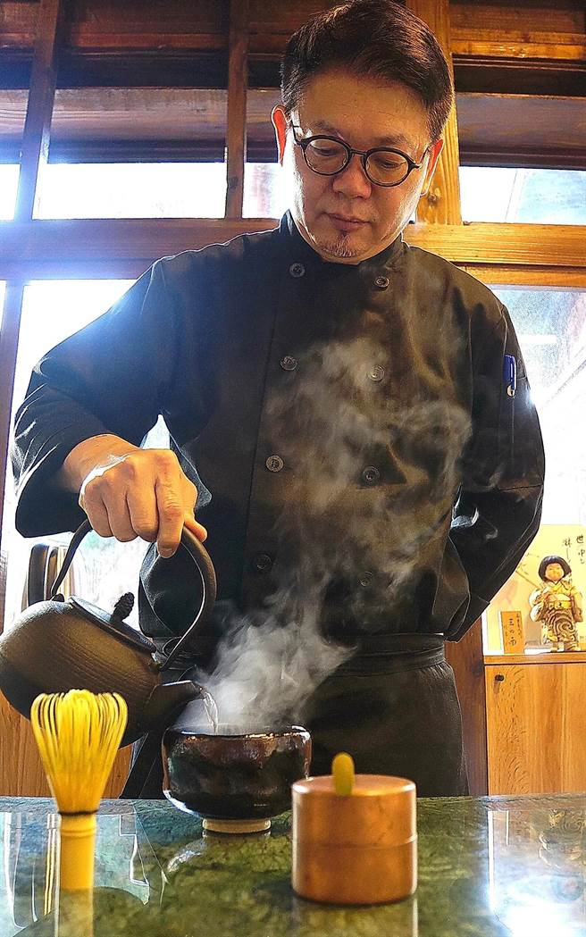 〈Matcha One 齊東〉負責人Kevin蘇祟文是個抹茶職人,他自己會在板前為客人煮茶、刷茶。(圖/姚舜)